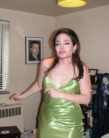 Анджелина Джоли и дома неплохо веселится