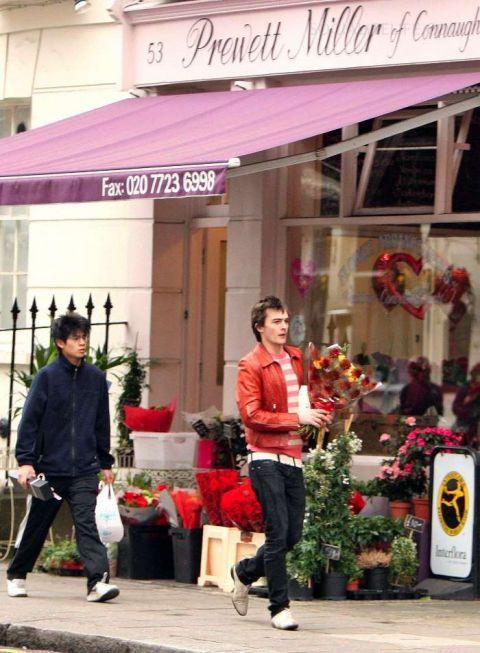 Руперт прикупил желтых цветков