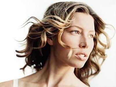 """""""Звезды уязвимы в своем страхе быть сфотографированными без макияжа, когда глаза не такие выразительные, а брови не такие четкие. Но в свободное от работы время я предпочитаю не уделять много внимания макияжу, - признается 25-летняя актриса Джессика Биль"""