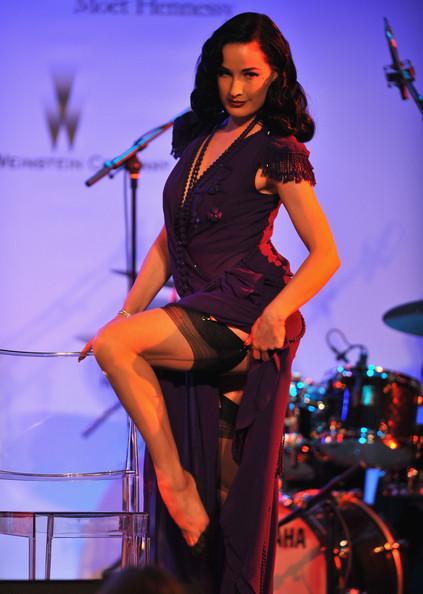 Роскошная Дита фон Тиз вышла на подиум в красном. Фото