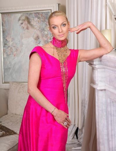 Анастасия Волочкова жарит шашлыки в мехах и бриллиантах