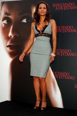 Esquire назвал самой сексуальной женщиной актрису Холли Берри