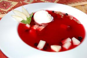 Суп вишневый с фруктами и мороженым
