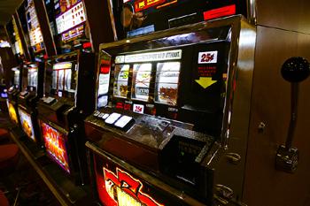 Что делает слот оператор в казино онлайн казино деньги бонус за регистрацию на реальные деньги
