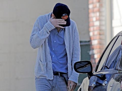 А вот Эштону теперь приходится прятать свое лицо от папарацци.