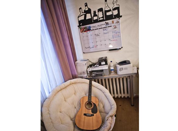 В Nichego Group никто не умеет играть на гитаре, что совершенно не мешает гитаре спокойно у них жить.