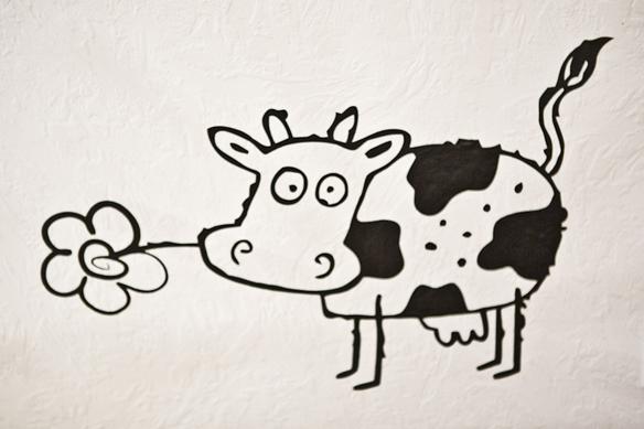 Эту корову, нарисованную на стене, зовут Федя.