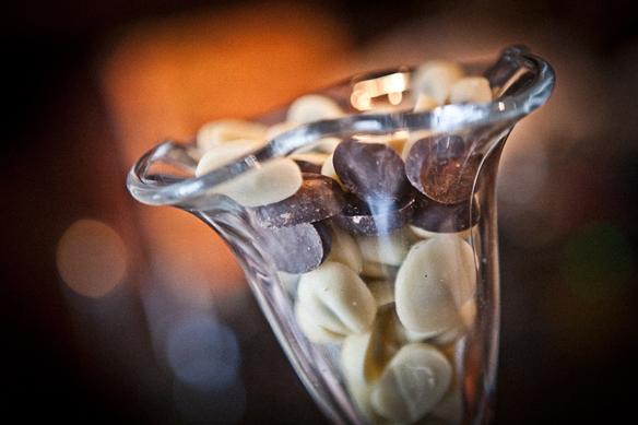 Это кофейные зерна в натуральном шоколаде. 2-3 таких зерна заменяют собой чашку кофе.