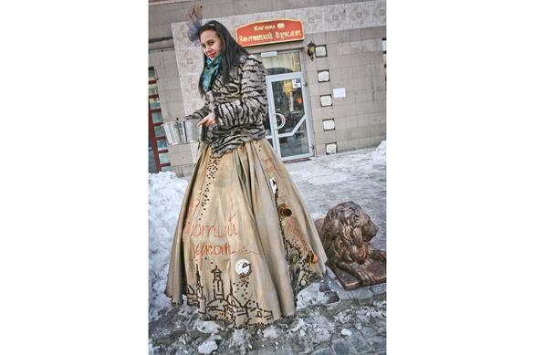 В ближайшие несколько недель перед входом в «Золотой дукат» тебя будет встречать вот такая «Кавова королева», в платье из кофе.