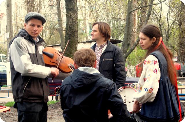 Работающих вдохновляла украинской автентикой группа Варйон.