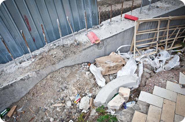 Строительный мусор еще лежит