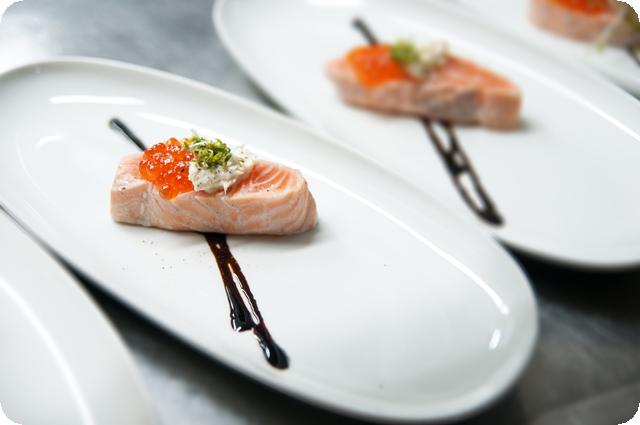 Брюшко лосося с красной икрой под соусом «Хрен»