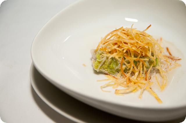 Мини-голубцы из кролика в соусе «Фуа-гра» с картофелем Пай и ароматом трюфеля