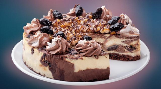 Мраморный чизкейк: фирменный оригинальный чизкейк с добавлением шоколадного соуса, чернослива под орехово-шоколадной карамелью (265 грн.).