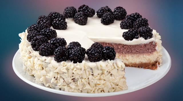 Ежевичный чизкейк: десерт на основе оригинального чизкейка с прослойкой нежного ежевичного мусса на хрустящей песочной основе, украшен свежей ежевикой (310 грн.).