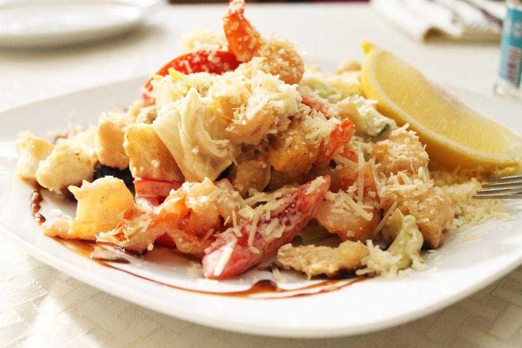 Рецепты детского питания.  Салат с курицей, креветками и маринованными шампиньонами.