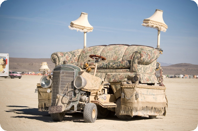 Это брат нашего дивана, замечен в пустыне Невада.