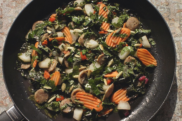 Глазированный салат из колбасы и груши