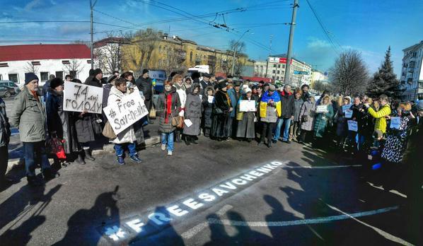 На митинге собрались около сотни активистов