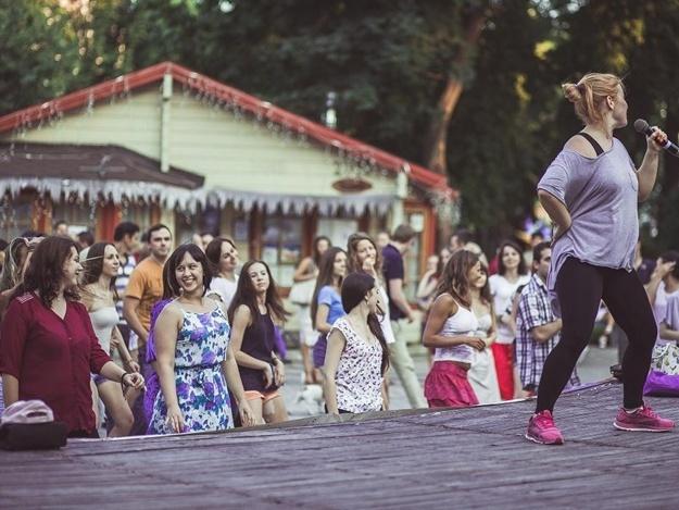 Танцевальные вечера под открытым небом в парке Шевченко по пятницам и субботам. Фото casaderitmo.com.ua
