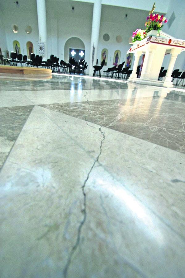 Трещины. Пошли по полу и стенам огромного храма. Фото: А. Яремчук