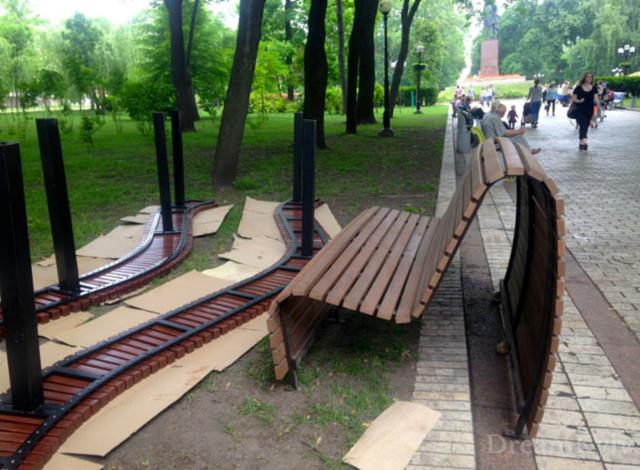 В рамках проекта в парке Шевченко устанавливают новые дизайнерские скамейки