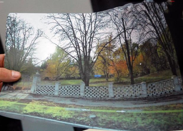 Эксперты демонтрируют фото местности, на которой планируется строительство дома