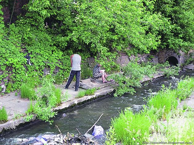 """Сейчас. Древняя река стала """"курортом"""" для десятков бездомных"""
