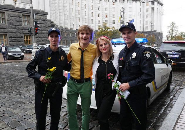 Офицерам патрульной службы дарили цветы