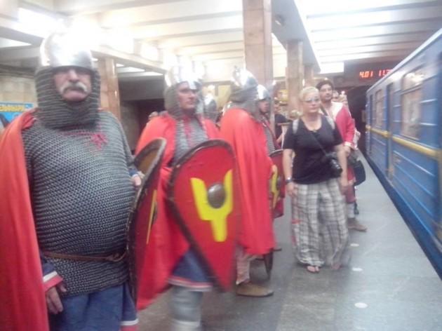 Мужчины были одеты в кольчуги и шлемы