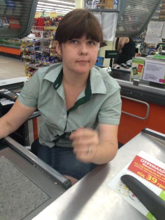 В супермаркете на Оболони женщина-кассир обманывает покупателей. Фото Анны Корпан