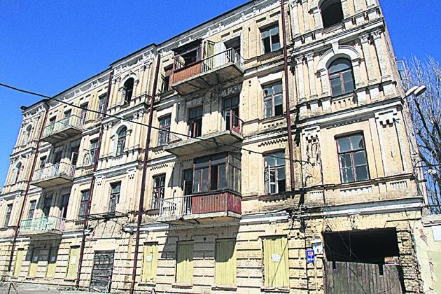 Пустырь. Здания снесли, а стройку торгового центра не начали. Фото: Г. Салай
