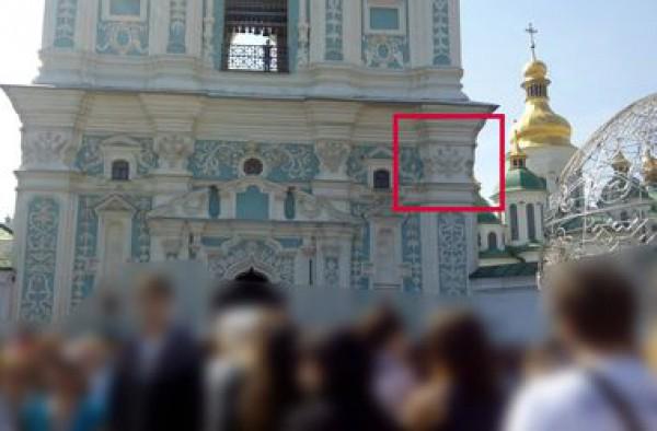 Руководство заповедника заявило, что не будут убирать фрески гербов с колокольни и закрывать их чем-либо