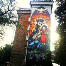 Художники украсили стену дома напротив церкви