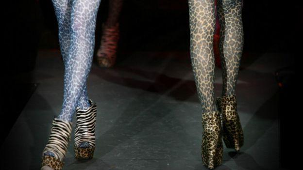 Леопардові панчохи носять і на лондонському подіумі