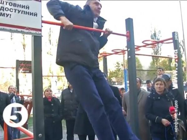 Мэр Киева Виталий Кличко во время посещения спортивной площадки попытался продемонстрировать выход силой на турнике, однако потерпел неудачу