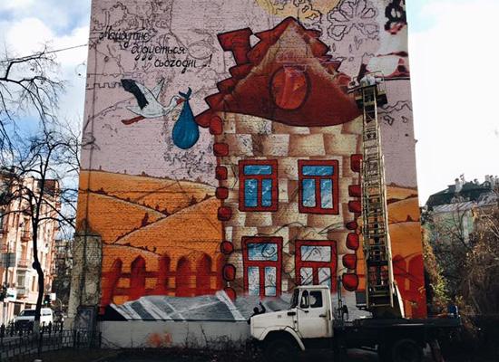 Художники решили зарисовать позитивный, но убогий мурал портретом Грушевского