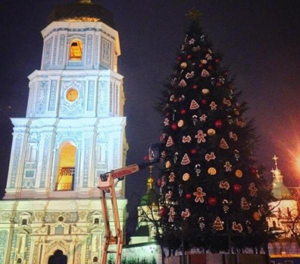 На Софийской площади продолжается подготовка к праздникам