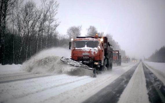 Коммунальщики проводят обработку дорог и других территорий противогололедными материалами