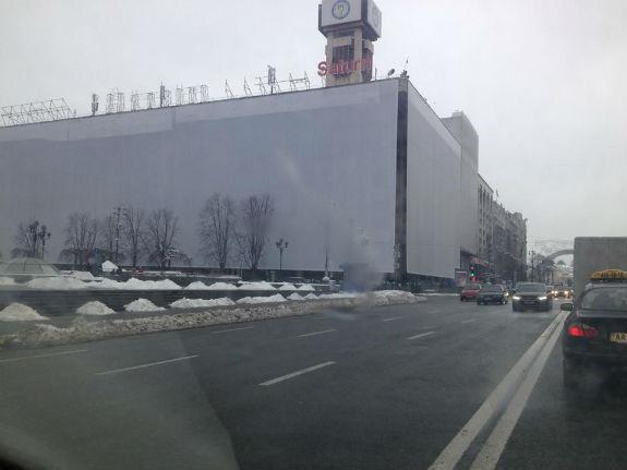 На здание повесили огромное белое полотнище