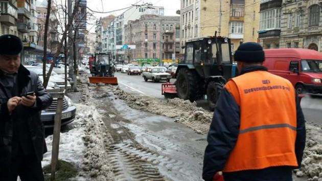 На улице Саксаганского машины оставляют на полосе общественного транспорта