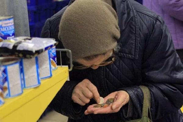 Неравнодушные киевляне угостили женщину сладостями