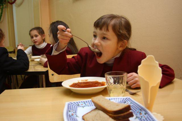 Прежний закон предусматривал питание вне зависимости от финансового состояния семей детей