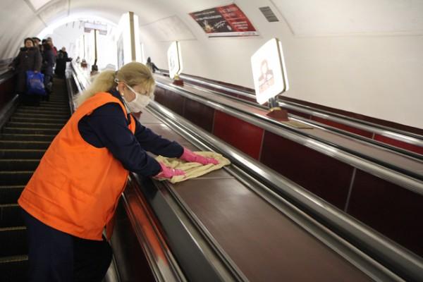 В подземке стали чаще делать уборку, а работники надели маски