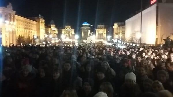 Люди пели песни Скрябина и зажигали свечи в память о певце