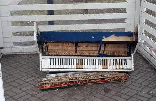 Музыкальный инструмент разламывают уже не в первый раз