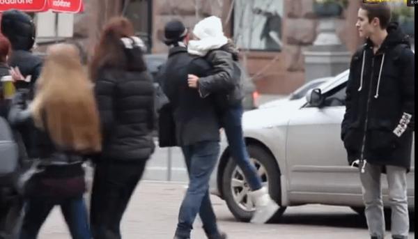 В центре столицы мужчина якобы пытался похитить девочку