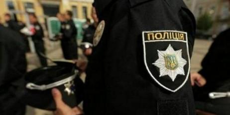 Патрульные просят граждан показать документы и содержимое карманов и сумок