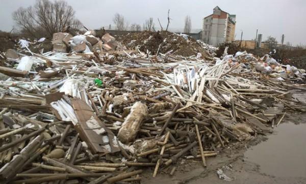 Неизвестные выбросили на Осокорках, в километре от жилых домов несколько грузовиков ртутных ламп