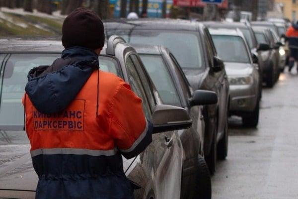 Копы убирают машины нарушителей на штрафплощадки, а власти хотят пересадить всех на гортранспорт